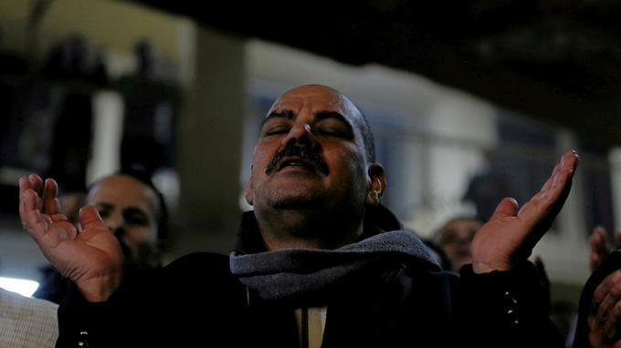 Un fidèle lors de la cérémonie de Noël à l'église Saint-Samaan-le-Tanneur, à Mokattam au Caire.