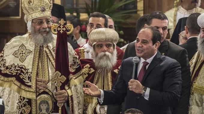 Le président égyptien al-Sissi est venu célébrer Noël avec le pape copte Théodore II à la cathédrale Saint-Marc du Caire.