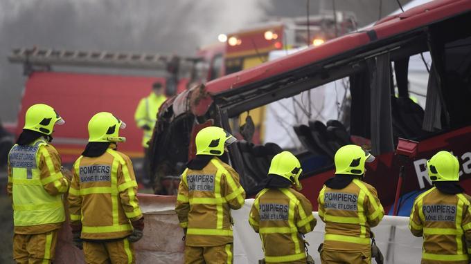 90 pompiers, 20 gendarmes et 6 équipes du SMUR étaient mobilisés sur les lieux de l'accident, survenu entre Paray-le-Monial et Mâcon.