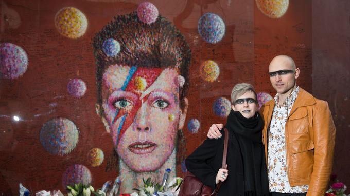 Rachael Gillibrand et Roger Rowley devant la fresque murale.