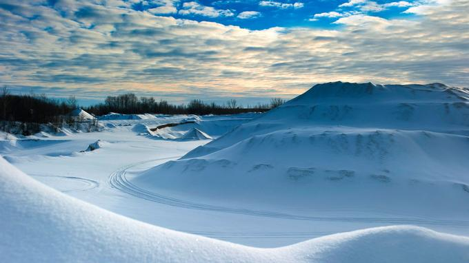 Ici et là, c'est une nouvelle forme de désert qui surgit entre les forêts et les dunes de neige immaculée balayée par le vent.