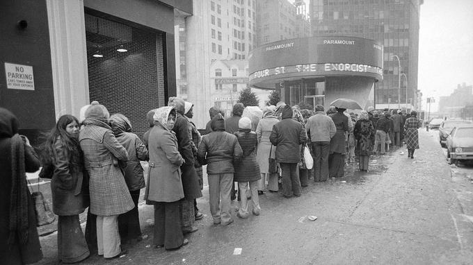 Malgré de très faibles températures, la foule était nombreuse pour aller voir <i>L'Exorciste</i>, au cinéma, le 4 février 1974, à New York.