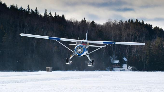 Un tour en avion à hélice est le moyen idéal pour réaliser l'immensité de la forêt et la variété des lacs.