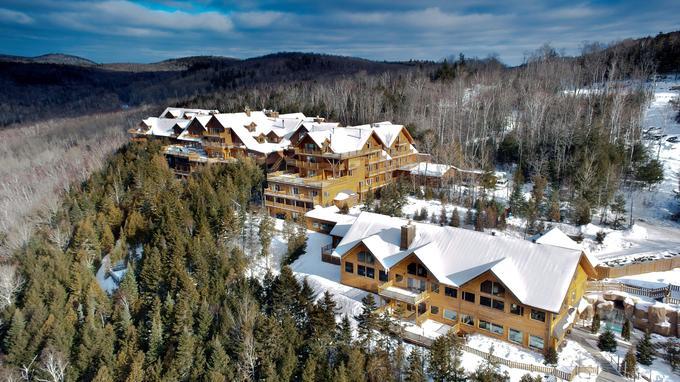 Aux portes de la forét, l'hôtel Sacacomie fait presque figure de bourgade à lui tout seul. Les Québécois l'adorent et s'y rendent en masse hiver comme été.