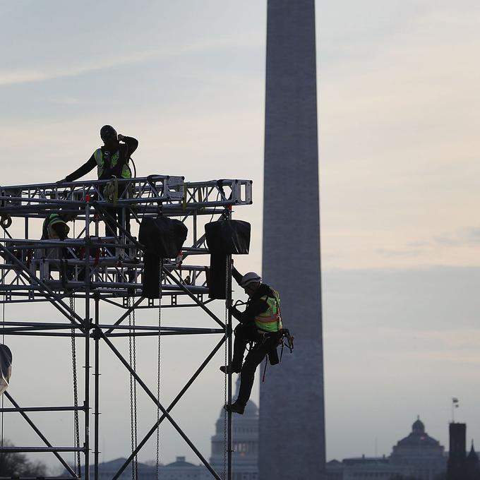 Les ouvriers préparent l'étage en face du Lincoln Memorial.