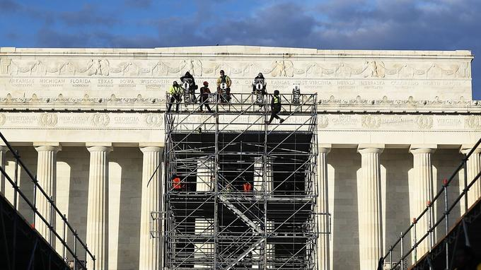 L'usage veut que les anciens présidents assistent à la cérémonie. Trois d'entre eux seront au Capitole pour voir Donald Trump prêter serment: Jimmy Carter, Bill Clinton et George W. Bush.