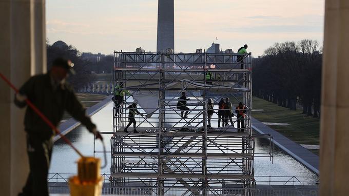 La cérémonie aura lieu au Capitole, à Washington, et donnera sur le National Mall, un parc ouvert au public. L'idée, un temps avancé, d'ouvrir les portes de la Maison-Blanche a dû être abandonnée pour des raisons de sécurité.