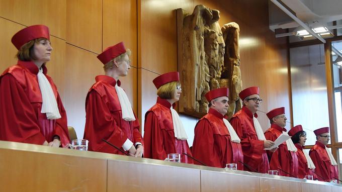 Les juges de la Cour constitutionnelle allemande, réunis le 17 janvier. Andreas Vosskuhle, au centre, lit le verdict.