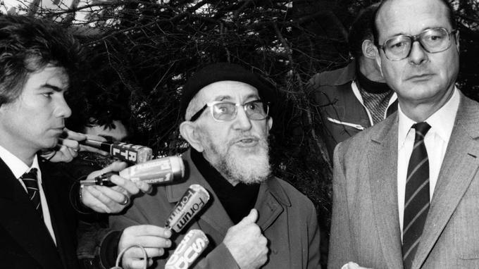 L'abbé Pierre fait appel aux politiques comme aux artistes, ici avec Jacques Chirac et Daniel Guichard en 1984.