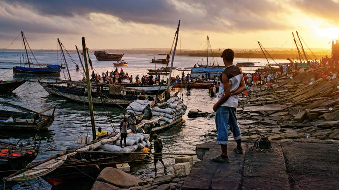 Dès l'aube, sur le vieux port de Stone Tow, l'activité bat son plein. Les vendeurs de poissons attendent avec impatience le retour des pêcheurs.