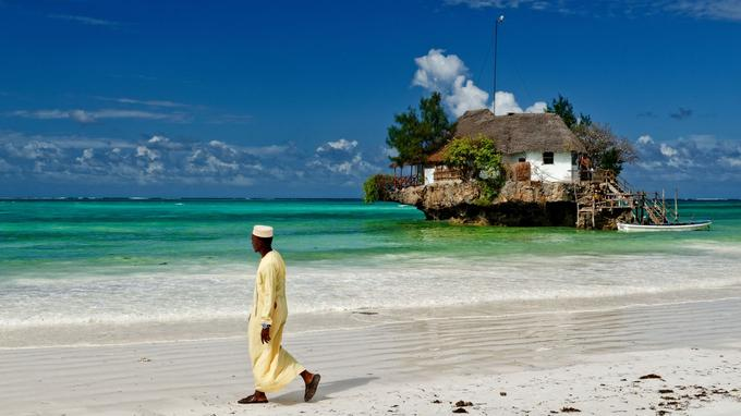 Sur un champignon de corail émergeant des eaux du lagon, The Rock, restaurant-bar de Michamvi, sur la côte est de l'île.