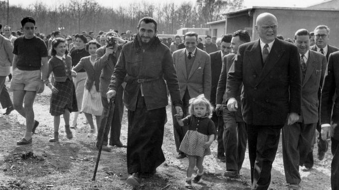 L'abbé Pierre inaugure la Cité de la Joie le 30 avril 1954 au Plessis-Trévise accompagné du ministre du Logement Maurice Lemaire.
