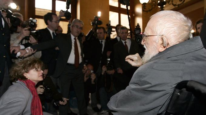 A l'Assemblée Nationale, L'abbé Pierre, à 93 ans, cherche à défendre les quotas obligatoires de logements sociaux pour les communes mis à mal par des amendements des députés.