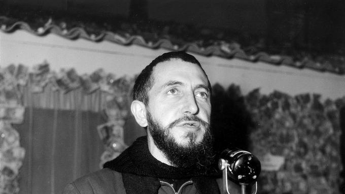 L'abbé Pierre, le 6 mars 1954, à l'inauguration de l'exposition «Au secours des sans logis».