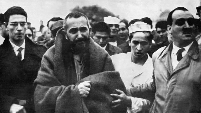 L'abbé Pierre arrivant à Ensenada près de Buenos Aires, après avoir réchappé au naufrage du paquebot Ciudad de Asuncion sur le Rio de la Plata.