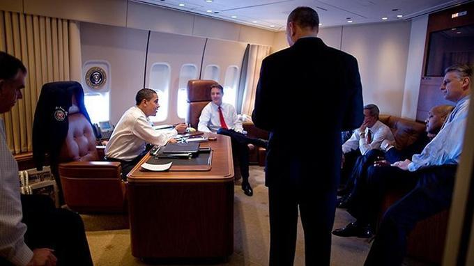 Obama et son équipe à bord d'Air Force One, en février 2009. <i>Crédits: White House (Pete Souza)/Wikicommons.</i>