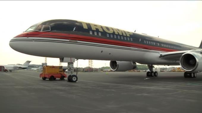 Le Boeing 757 siglé au nom de Trump. <i>Crédits: capture d'écran Youtube.</i>