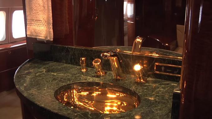 La robinetterie en or massif. <i>Crédits: capture d'écran Youtube.</i>
