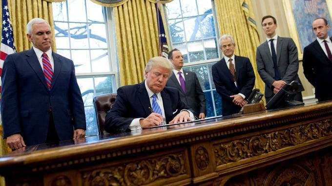 Donald Trump signe un décret limitant l'accès à l'avortement dans le bureau ovale de la Maison blanche.