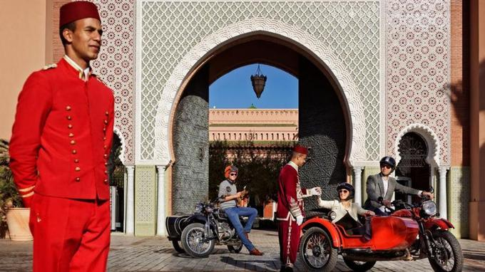 Devant l'hôtel Royal Mansour.