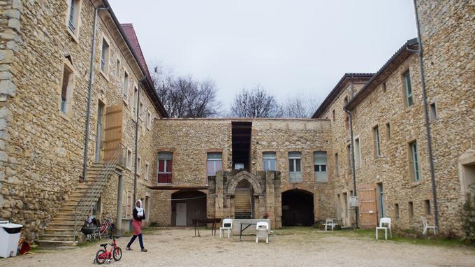 Le château Pergaud, construit au début du XIXe siècle, est une propriété privée qui abrite aujourd'hui, sous l'égide du Diaconat protestant (une oeuvre sociale), un Centre d'acceuil et d'orientation (CAO) pour migrants. Plusieurs dizaines de migrants, principalement des familles, sont installés ici depuis le 22 septembre dernier.