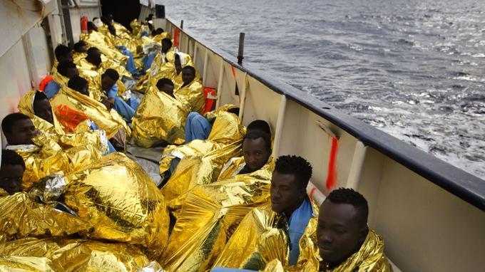Après avoir été extraits de leurs embarcations, des migrants et réfugiés ont été installés sur le pont du navire Golfo Azzurro.