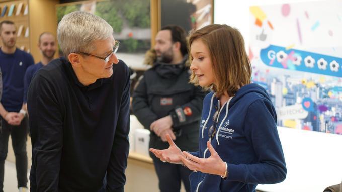 Tim Cook à l'Apple Store du Marché Saint-Germain, avec Philippine Dolbeau, développeuse (photo Benjamin Ferran).