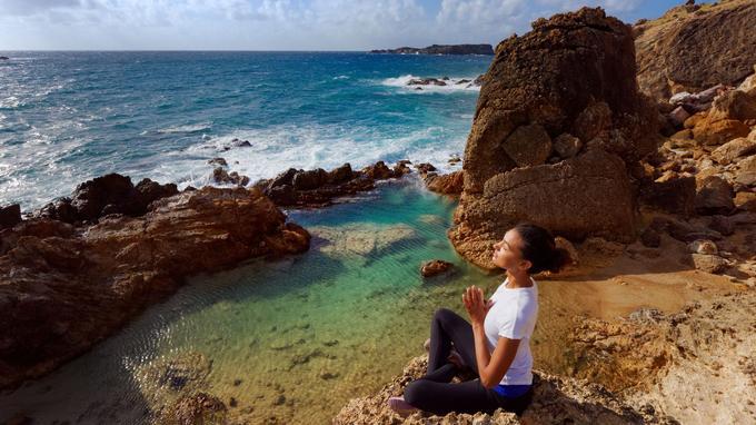 Saint-Barth ou l'art de se ressourcer. Aminata Clason-Diop devant la piscine naturelle de l'anse de Grand Fond prône une approche de l'île centrée sur le bien-être.