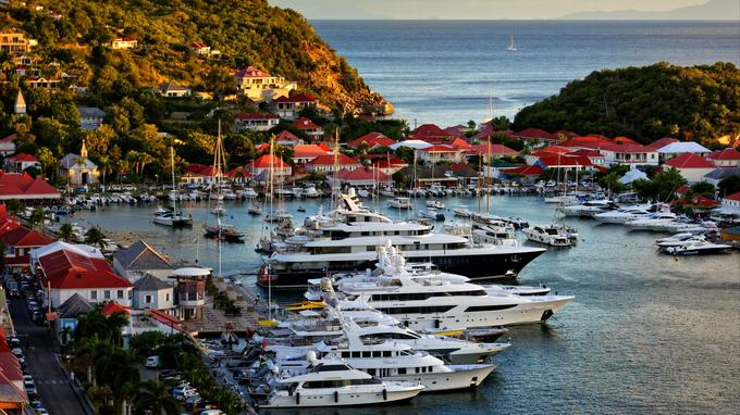 Yachts et voiliers sont à leur aise dans le port de Gustavia, l'adorable capitale de Saint-Barth. Un petit air de Saint-Trop exotique… Chic, mais jamais toc.