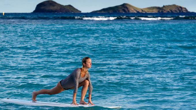 Balades en scooter et... paddle yoga comme ici au lever du soleil. Autant de facettes méconnues qui révèlent l'authenticité de Saint-Barth.