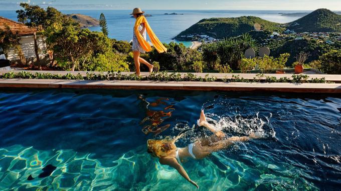 Surplombant la baie des Flamants, nichée dans les jardins, la piscine extérieure de la Villa Marie permet de se rafraîchir en profitant de l'explosion de couleurs des fleurs et plantes exotiques.
