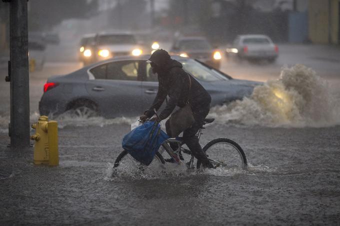 À Sun Valley, un cycliste essaie de rouler sur des routes inondées.