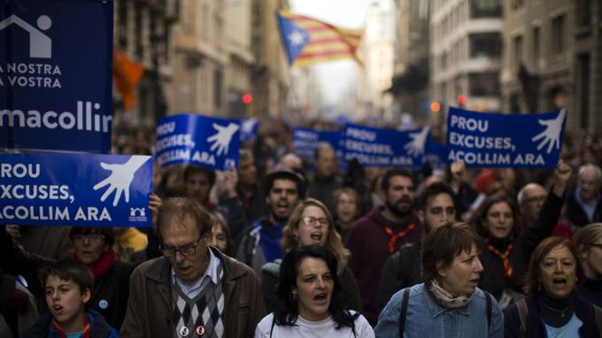«Assez d'excuses, accueillons maintenant», ont revendiqué les manifestants sur leurs pancartes.