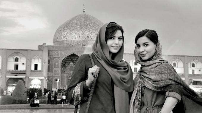 Deux Iraniennes sur la place royale, à Ispahan. © Lionel Taieb