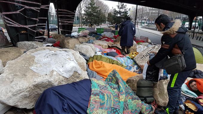 «Ils nous ont dit: 'Debout debout, on va nettoyer tout cela»», explique Ahmad un tunisien 19 ans qui vient de passer une nouvelle nuit sous le pont. Crédits photo: A. L. Frémont