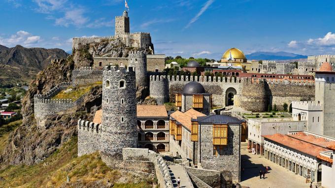 La spectaculaire forteresse d'Akhaltsikhé a été réhabilitée en 2012 par l'ancien président géorgien Mikheil Saakachvili… avec quelques réinterprétations dignes de Viollet-le-Duc. Les époques se bousculent, témoignant de l'incroyable richesse historique du pays.