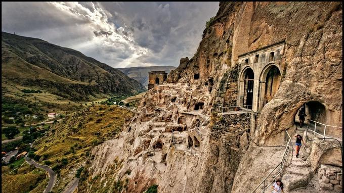 Entre terre et ciel sur les pas de la reine Thamar… Bâti à flanc de falaise, le complexe fortifié de Vardzia est un chef-d'œuvre troglodytique qui tutoie un paysage de canyon grandiose. Turquie et Arménie ne sont plus très loin.