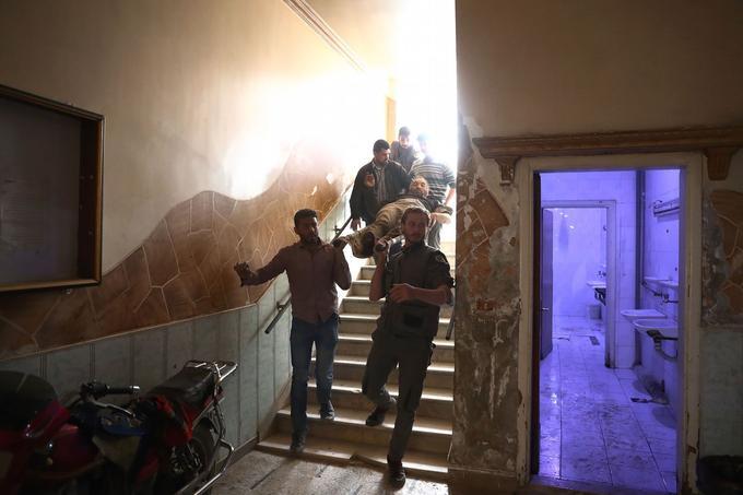 Après les frappes meurtrières sur la ville de Douma, près de Damas, un homme est amené dans un hôpital de fortune.