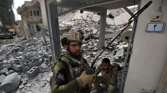 Un soldat irakien à Mossoul hier.