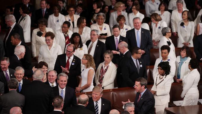 En signe de protestation silencieuse, une quarantaine d'élues démocrates étaient habillées de blanc, couleur symbolisant la défense des droits des femmes.