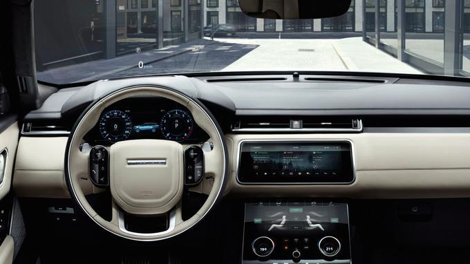 Le Velar innove avec deux écrans tactiles de 10 pouces installés au centre de la console.
