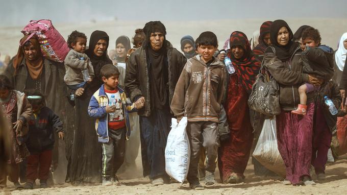 Des familles de déplacés, à l'ouest de Mossoul, le 27 février. En s'enfuyant, ces individus prennent le risque d'être pris pour cibles par les tireurs embusqués de Daech ou d'être victimes des engins explosifs disséminés par les djihadistes.