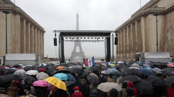 Les manifestants sont arrivés sous la pluie place du Trocadéro.