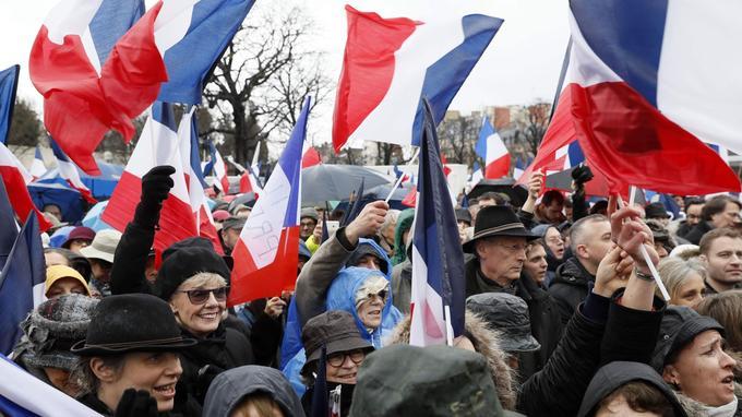 Les organisateurs avaient demandé aux participants de n'apporter aucune banderole, seulement des drapeaux tricolores.