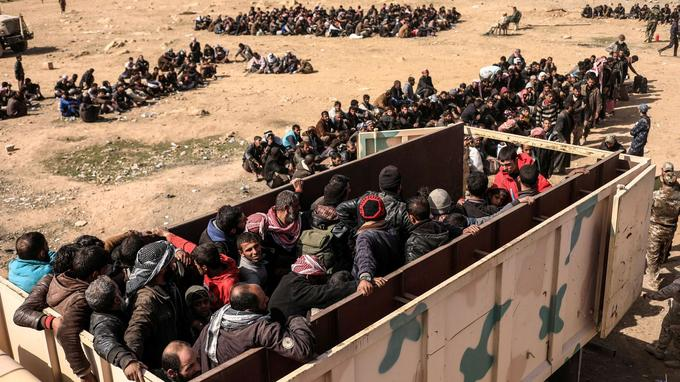 Certains déplacés sont transportés vers des camps de réfugiés par les forces irakiennes, à Mossoul-ouest, le 28 février.