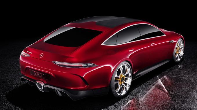 L'héritage du coupé AMG-GT est bien visible mais le concept GT présente sa propre personnalité avec ses quatre portes et son hayon très incliné, façon fastback.