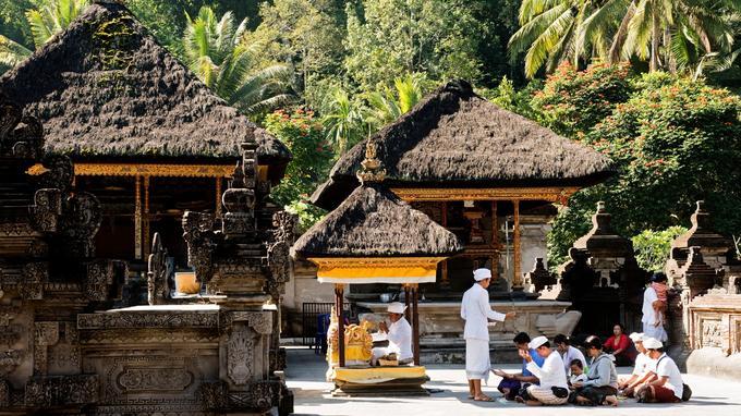Prières et cérémonies religieuses au temple hindou de Tirta Empul situé dans la ville de Tampaksiring, entre Ubud et le volcan Batur.