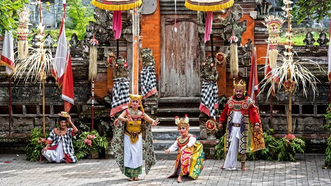 A Batubulan, le spectacle du Barong bat son plein. Cette fresque pleine d'humour fait s'affronter l'esprit du bien sous la forme d'un lion et celui du mal incarné par la sorcière Rangda.