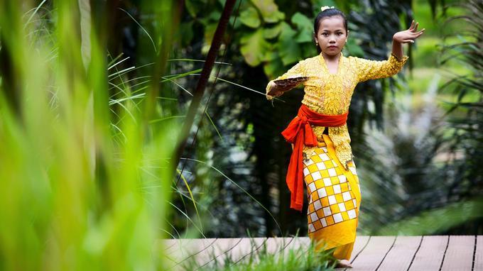 Le lelong, danse à la grâce hypnotique, est un art exigeant, d'une précision extrême. Des années d'apprentissage sont nécessaires pour maîtriser ses mouvements complexes.