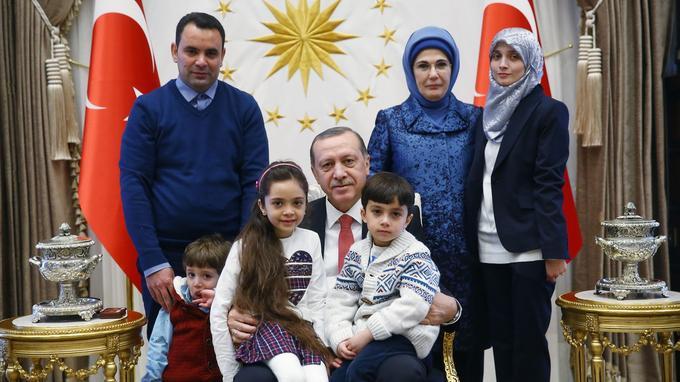 Le président turc Recep Tayyip Erdogan et sa femme posent avec Bana et sa famille dans le palais présidentiel à Ankara, en décembre.